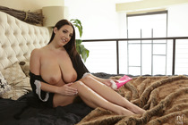 bountiful_breasts_with_angela_white_020.jpg